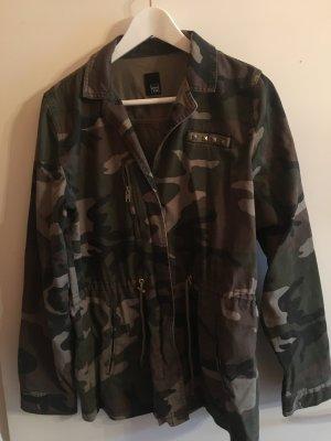 Camouflage-Jacke mit Nieten