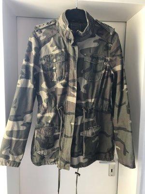 Camouflage Jacke mit Nieten von Atmosphere Primark