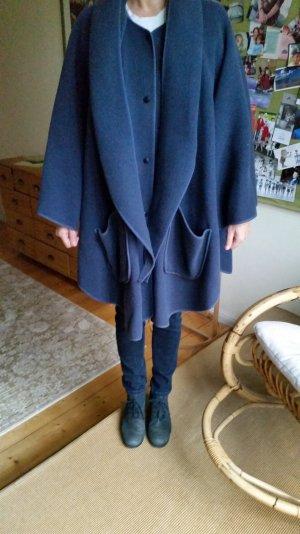 Cape mit Druckknöpfen,kann von beiden Seiten getragen werden.