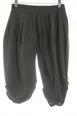 Pantalón capri gris verdoso look casual