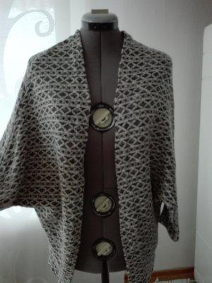 Cardigan gestrickt aus Baumwolle/polyester Mischung in schwarz- weiß Farbe.