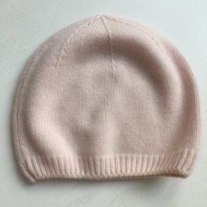 Chapeau en tricot rose clair