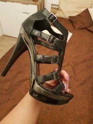 Cat Walk Sandalen mit sehr hohen Absatz.