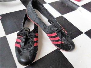 Gr. 37/37.5 Adidas Sneakers schwarz rot Innensohle 24cm ganz wenig getragen sehr guter Zustand - soll eine 38 sein, finde sie dann eher knapp (und leider passen sie mit Einlagen nicht... verkaufe deshalb fast alle meine geliebten Schuhe...) super leicht,