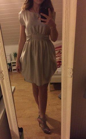 Champagnerfarbenes Kleid mit Schleife