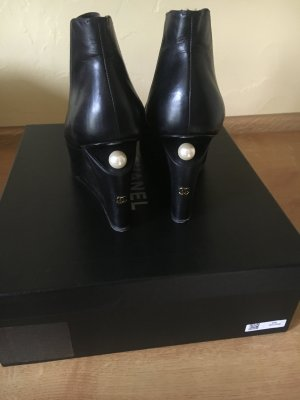 Chanel Booties mit Perle