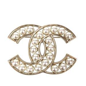 Chanel CC Brosche Anstecknadel aus Metall und Glasperlen in den Farben Gold und Perlmuttweiss