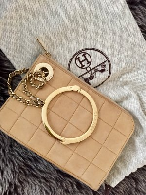 Chanel Clutch mit Chanel Armreifen