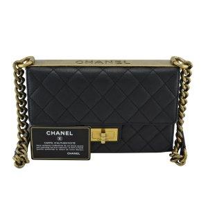 Chanel Bolsa de hombro negro-color oro Cuero