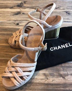 Chanel Sandalen mit goldenen Keilabsatz