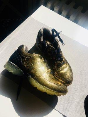 Chanel Sneaker in Gold