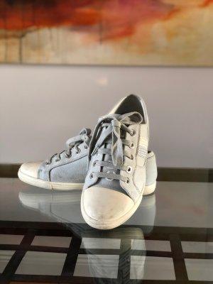 Chanel Zapatilla brogue gris claro-blanco