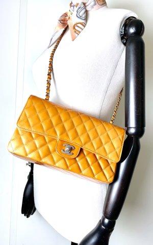 Chanel Sac porté épaule orange clair