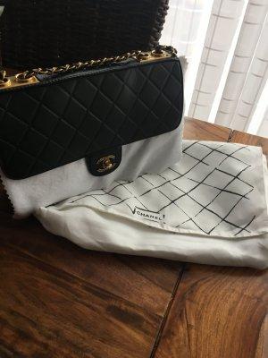 Chanel Tasche schwarz mit Gold Hardware