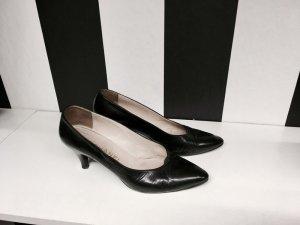 Chanel Zapatos de punta negro Cuero