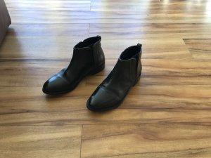 Chelsea Boots v. Melvin & Hamilton