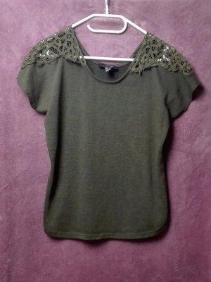 Chic – Shirt Khaki von Atmosphere mit Spitzendetails an den Schultern Größe: XS-S (34-36)