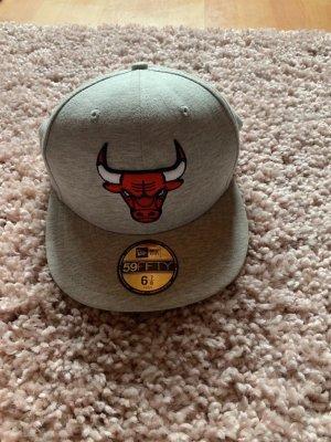Cappello grigio chiaro-rosso