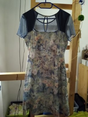 Chices blumiges Kleid