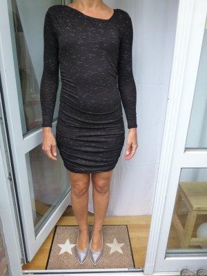 Chices Kleid mit asymetrischem Ausschnitt