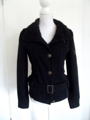 Clockhouse schwarzer Mantel mit Fellkragen und Gürtel