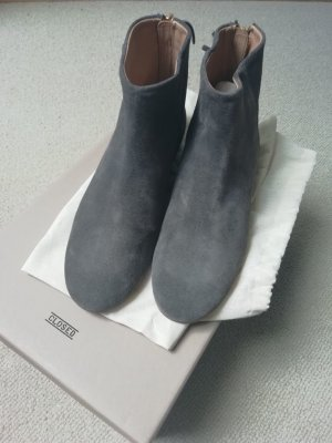 Closed Chelsea Boots