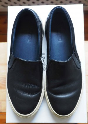 Closed Leather Slipper