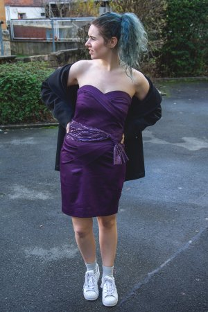 Cocktailkleid in violett mit Pailletten