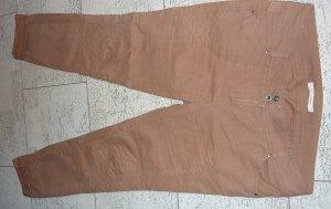 Cognacfarbene Hose mit kleinem Makel