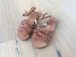 Cognacfarbene Riemchen-Sandalen mit coolen Nieten