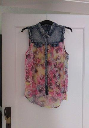 Coole Bluse aus rockigem Jeansstoff und zartem Blumendruck