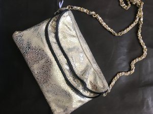 coole Clutch im Gold-Metallic-Look