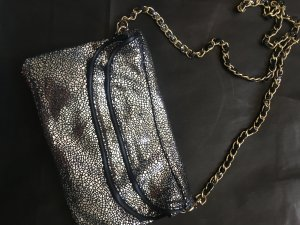 coole Clutch im Metallic Look