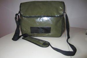 Coole Collegetasche in glänzender, oliv LKW-Planen-Optik
