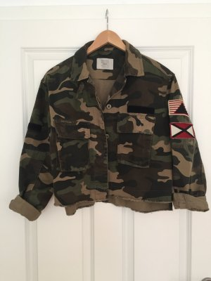 Coole Cropped Camouflage Jacke von Bershka, Gr. S