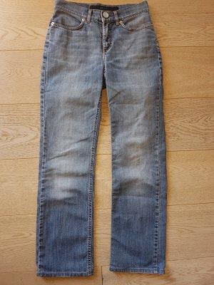 Coole Escada Jeans Jeanshose five pocket Denim blau Größe 34 Tolle Jeans im Five-Pocket-Stil, gerade geschnitten von Escada in Größe XS 34 . Die Farbe ist Denim blau  Perfekte Passform!  Die Hose wurde neu gekauft und ist in einem guten Zustand!  Kleine S