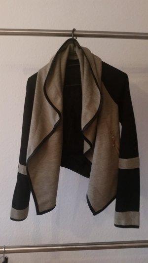 Coole Jacke mit Leder-Elementen und goldenen Reißverschlüssen