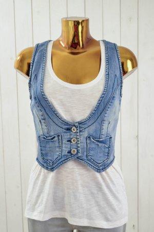 Coole Jeansweste von Vero Moda  Farbe: Blau  Material: 100% Baumwolle  Größe: 38  Besonderheiten: Die Weste von Vero Moda ist mit einem tiefen V-Ausschnitt designed und wird mit drei Knöpfen geschlossen. Die Vorderseite ist mit zwei aufgesetzten Taschen v