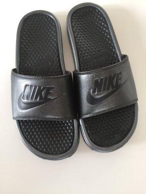 Coole Nike Badelatschen Badeschuhe Grau Glitter Gr. 40 neuwertig