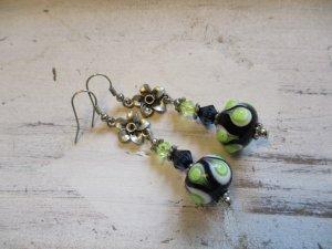 coole Ohrhänger mit einer Statement Glaskugel Schwarz / Grün