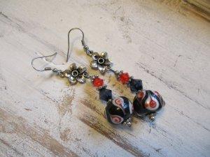 coole Ohrhänger mit einer Statement Glaskugel Schwarz / Rot
