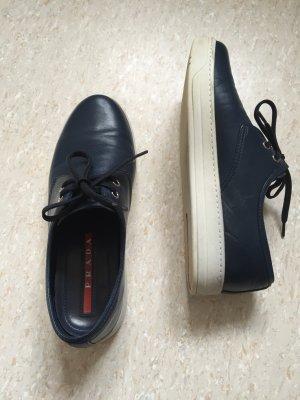 Coole Prada Ledersneaker - dunkelblau mit moderner weißer Gummilaufsohle, NP395€
