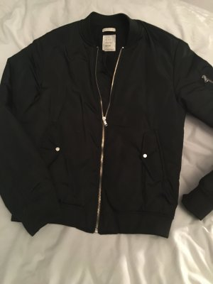 Coole schwarze Bomberjacke von Zara