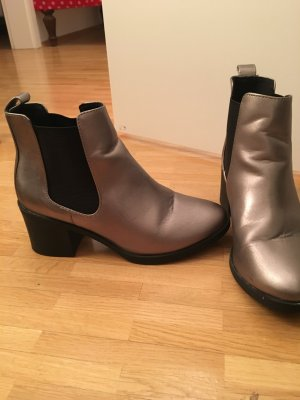 Coole silberne Stiefelette