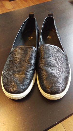 Coole Slipper in exotischer Lederoptik, angesagt mit breiter weißer Sohle