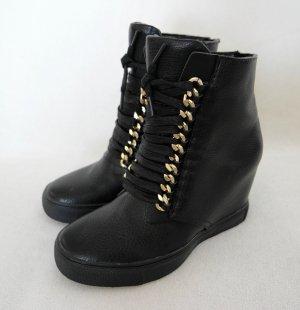 Coole Sneaker-Stiefeletten mit Wedge und goldenen Kettendetails