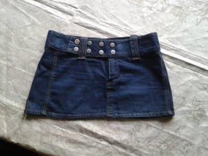 Cooler Jeans-Mini mit Nieten-Druckknöpfen