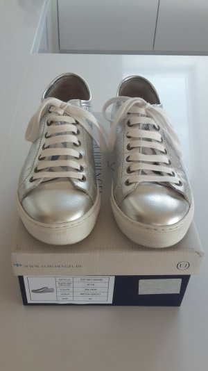 Cooler siberfarbener Sneaker von Schuhengel