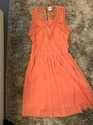 Coralfarbendes Sommerkleid