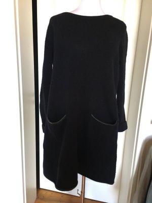 COS Winterkleid aus Lammwolle und Leder